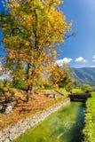 Plaats in de bergen door de rivier te ontspannen Stock Afbeeldingen