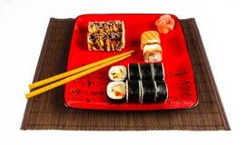 Plaats de broodjes op een rode geïsoleerde plaat Stock Fotografie