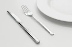 Plaats die met plaat, mes en vork plaatst Stock Foto