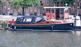 In plaats van auto's in Amsterdam gebruiken zij boten Stock Foto