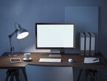 Plaats van het werk met computermonitor bij nacht Stock Foto