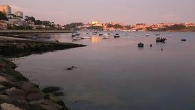 Plaats van samenloop van de Douro-rivier in de Atlantische Oceaan tijdens zonsondergang portugal stock video