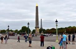 Plaatsde La Concorde Concorde Square met toeristen die beelden nemen Weergeven van Luxor-Obelisk en de Toren van Eiffel Parijs, F stock foto's