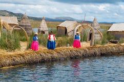 Plaatselijke bevolking bij Uros-eilanden op Meer Titicaca peru Stock Fotografie