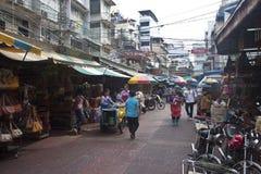 Plaatselijke bevolking die bij de overvolle straatmarkten winkelen Royalty-vrije Stock Fotografie