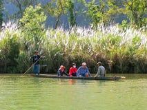 Plaatselijke bevolking die in een boot op Nam Song River dichtbij Vang Vieng berijden, Royalty-vrije Stock Foto
