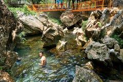 Plaatselijke bevolking die in lagune Mooie landschappen in Vang Vieng, Loas zwemmen stock fotografie