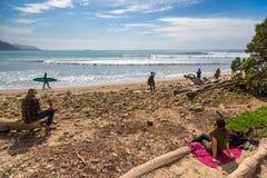 Plaatselijke bevolking die van een zonnige dag in de beroemde brandingsvlek genieten van Rincon in Californië, de V.S. Stock Foto's