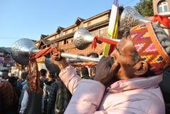 Plaatselijke bevolking die volksmuziekinstrumenten spelen in Mandi, Himachal Stock Afbeelding