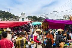 Plaatselijke bevolking in een straatmarkt in de stad van San Juan Chamula, Chiapas, Mexico Stock Foto's