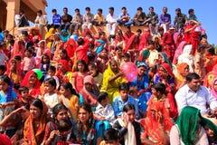 Plaatselijke bevolking en toeristen die op de prestaties van het Woestijnfestival letten, Stock Foto's