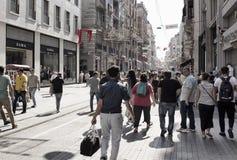 Plaatselijke bevolking en toeristengang op Istiklal-Weg stock afbeeldingen