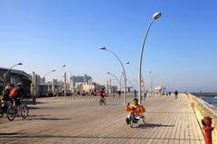Plaatselijke bevolking op fiets op nieuwe promenade in de haven van Tel Aviv, Israe Stock Foto's