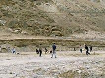plaatselijke bewoners die veenmol in Karimabad, Hunza-Vallei, Karakoram-Weg, Pakistan spelen stock afbeeldingen