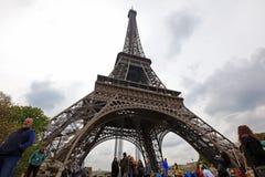 Plaatselijke bewoners en toeristen bij de toren van Eiffel, tribunes 324 Stock Foto's