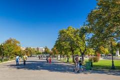 Plaatselijke bewoners en toeristen bij het park van Platia Leonida Vlachou royalty-vrije stock afbeelding