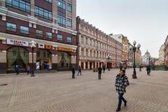 Plaatselijke bewoners en toeristen die op Arbat-straat lopen Stock Foto's
