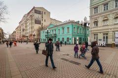 Plaatselijke bewoners en toeristen die op Arbat-straat lopen Stock Afbeeldingen