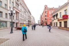 Plaatselijke bewoners en toeristen die op Arbat-straat lopen Stock Foto