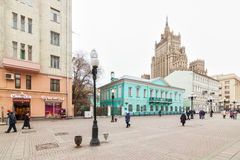 Plaatselijke bewoners en toeristen die op Arbat-straat lopen Royalty-vrije Stock Foto's