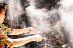 Plaatselijke bewoners voorbereid voedsel op de straten van Singapore Royalty-vrije Stock Fotografie