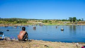 Plaatselijke bewonersdagtocht die in Thailand vissen Stock Foto's