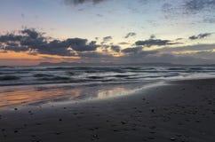 Plaatsplaats Agia Marina Beach, eiland Kreta, Griekenland De overzeese kust spangled door rotsen, de zonsopgang overdenkt het nat royalty-vrije stock foto
