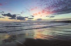Plaatsplaats Agia Marina Beach, eiland Kreta, Griekenland De overzeese kust spangled door rotsen, de zonsopgang overdenkt het nat stock afbeeldingen