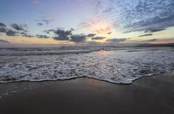 Plaatsplaats Agia Marina Beach, eiland Kreta, Griekenland De overzeese kust spangled door rotsen, de zonsopgang overdenkt het nat royalty-vrije stock afbeeldingen