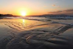 Plaatsplaats Agia Marina Beach, eiland Kreta, Griekenland De overzeese kust spangled door rotsen, de zonsopgang overdenkt het nat stock foto