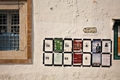 Plaatst fot verkiezingsaffiches op de muur in Tunis Royalty-vrije Stock Foto's