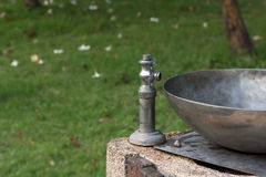 Plaatswater in een roestvrij staal Metropolitaans Park Stock Foto's