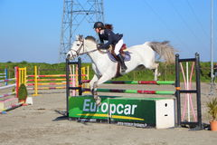 PLABENNEC, FRANKREICH - 25. MÄRZ: Springen während eines Reiters sogar Stockbild