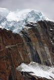 placé sur la roche géante du Népal de l'Himalaya de glacier de falaise Photos libres de droits