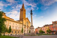 Placência, cidade medieval, Itália Piazza Duomo no centro da cidade com a catedral de Santa Maria Assunta e de Santa Giustina imagem de stock