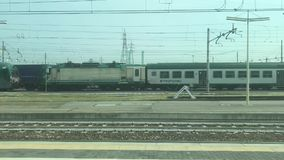 22-09-18 Placência - saindo do estação de caminhos-de-ferro a bordo do movimento lento de trem de alta velocidade de Frecciabianc video estoque