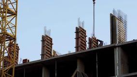 Plac budowy strzelał pracowników instaluje betonowej ściany lokalowej budowy bezpieczeństwo fotografia royalty free