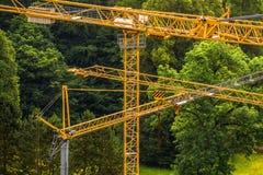 Plac budowy w drewnie z żurawiami dla ładunków zdjęcie royalty free