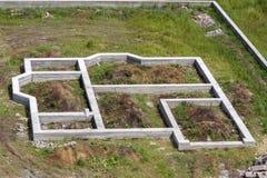Plac budowy w zieleni polu Okopy kopiący w zmielonym i wypełniający Fotografia Stock