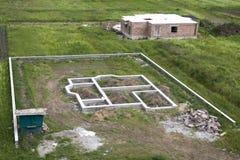 Plac budowy w zieleni polu Okopy kopiący w zmielonym i wypełniający Obraz Stock