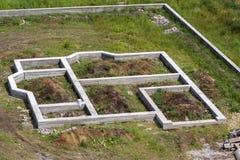 Plac budowy w zieleni polu Okopy kopiący w zmielonym i wypełniający Zdjęcia Royalty Free