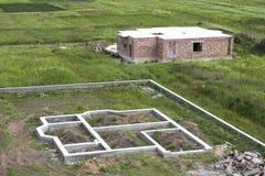 Plac budowy w zieleni polu Okopy kopiący w zmielonym i wypełniający Zdjęcia Stock