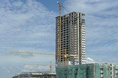 Plac budowy z żurawiami i niebieskim niebem Fotografia Stock