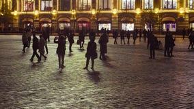 Plac Czerwony w Moskwa przy nocą z mnóstwo ludźmi zdjęcie wideo