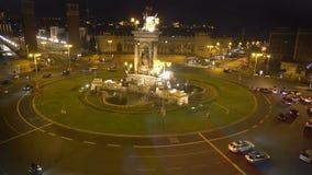 Plac De Espana w Barcelona, odgórny widok przy nocą, samochodu jeżdżenie wokoło fontanny zbiory