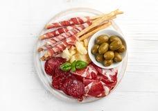 Placa ahumada fría de la carne y de queso imagenes de archivo