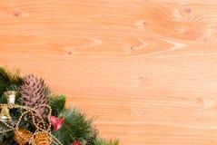 Placa amarela com agulhas e brinquedos do Natal dos cones e Natal Imagem de Stock