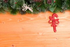 Placa amarela com agulhas e brinquedos do Natal dos cones e Natal Imagens de Stock