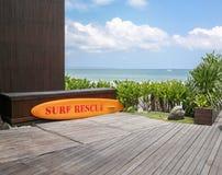 Placa amarela do salvamento da ressaca pelo mar Fotografia de Stock Royalty Free