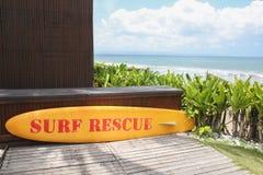 Placa amarela do salvamento da ressaca pelo mar Imagens de Stock